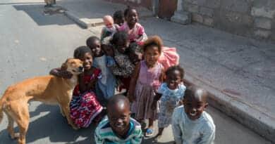 Nadat een beunhaas mijn auto had gerepareerd toverden deze kindjes een lach op mijn gezicht. Foto van https://www.edvervanzijnbed.nl/