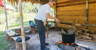 Een lekker potje ayahuasca koken.