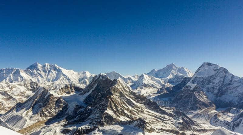 l.t.r. Everest, Lhotse, Peak 41, Baruntse, Peak 6770, Makalu and Chamlang. View from Mera Peak. Photo https://www.edvervanzijnbed.nl/en/