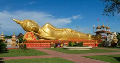 Pha That Luang tempel waar boedda rustig op één oor ligt want Beun en Haas bekommeren zich om mijn auto - foto van www.edvervanzijnbed.nl
