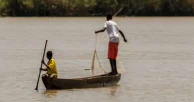 Vissers op de Gambia rivier. Foto hoort bij de ' uit de goedheid van mijn hart '-post op www.edvervanzijnbed.nl